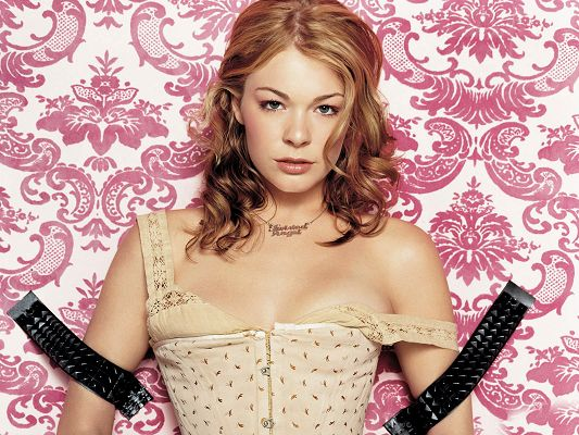 click to free download the wallpaper--Leann Rimes HD Post in Pixel of 1600x1200, Arms Fully Fastened, She Can't Make Any Defence, the Best Timing Has Come - TV & Movies Post