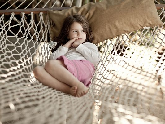 click to free download the wallpaper--Little Girl Picture, Baby Girl Lying on Hammock, Comfortable Look