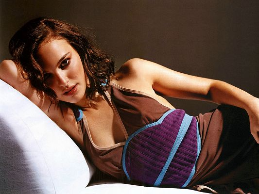 click to free download the wallpaper--Lying on Bed and in Blurred Eyesight, Everything Fits, What Are You Waiting for? Can be Enjoyed Everyday - HD Natalie Portman Wallpaper