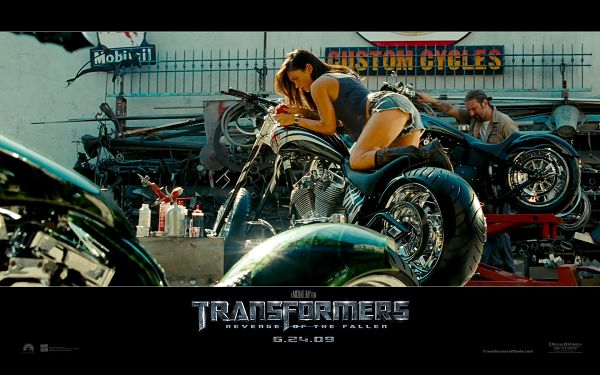 Lying on Motorcycle and Making an Appealing Pose, What a Wonderful Scene - Transformers Wallpaper