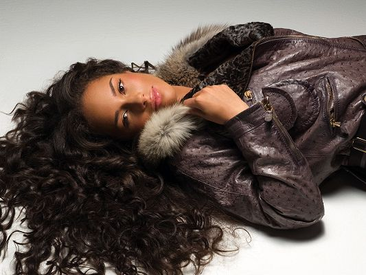 click to free download the wallpaper--Lying on White Floor, Curly Hair is in Mess, Clothes are Tight and Thin, What an Attraction - HD Alicia Keys Wallpaper