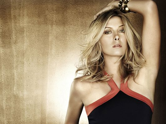 Maria Sharapova HD Post in Pixel of 1600×1200, Lady in Simple Black Dress, Lighted Golden Background, She is Looking So Good – TV & Movies Post