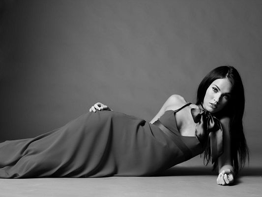 Megan Fox HD Post in 1920x1440 Pixel, in White and Black Style, the Lady is Simple and Impressive, She is a Great Fit - TV & Movies Post