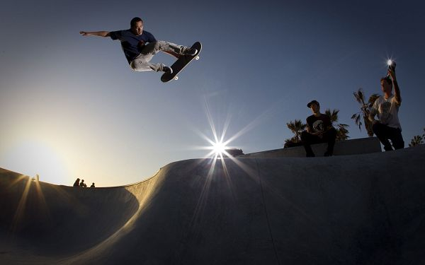 Men Having a Great Time in Skateboarding, Lights Are Turned on to Continue with the Play - HD Skateboarding Wallpaper