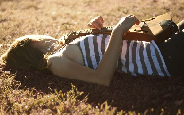 click to free download the wallpaper--Musician Girls Image, Lying on Green Grass, She is Artistic and Beautiful