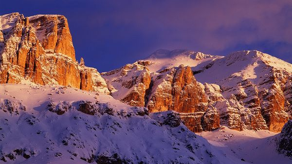 Natural Scenery Wallpaper - A Snowy Scene, Snow-Capped Mountains, Showing a White and Pure World