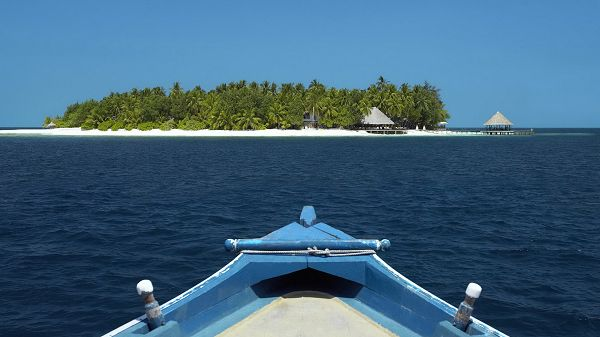Natural Scenery photos - The Sea is Incredibly Blue, Half of the Boat is Revealed, Heading for the Island