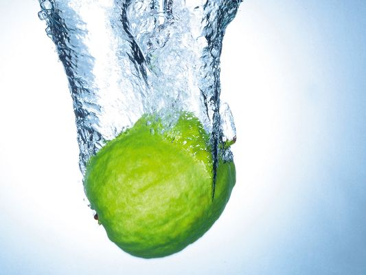 click to free download the wallpaper--Nature Fruit Image, a Green Apple Jumping into the Water, Innervation Fruit