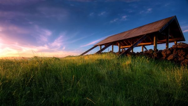 click to free download the wallpaper--Pics of Natural Scenes - A Full Eye of Green Grass Under the Blue Sky, a Red Pavilion, is Absolutely Impressive