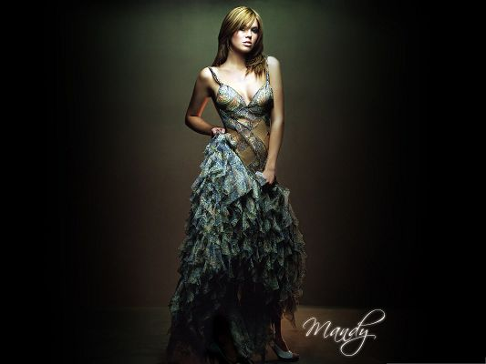 click to free download the wallpaper--Picture of Actress, Mandy Moore Leading the Fashion Trend