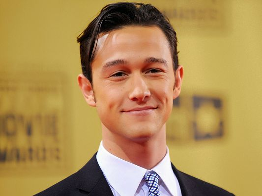click to free download the wallpaper--Played in (500) Days of Summer, Hesher and Inception, in Black Suit and Smiling Facial Expression, is Confident and Good-Looking - HD Joseph Gordon-Levitt Wallpaper