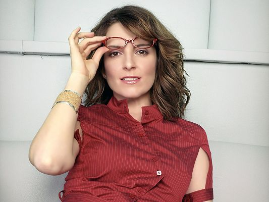 Played in Date Night and NBC's Saturday Night Live and 30 Rock, Both T-Shirt and Glasses are Red, She is a Knowledgeable Lady - HD Tina Fey Wallpaper