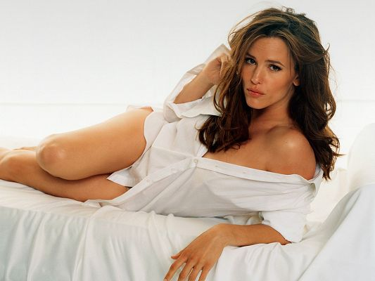 click to free download the wallpaper--Played in Ghost of Girlfriends Past, The Invention of Lying and Valentine's Day, in a Long White Skirt, She is Indeed Appealing - HD Jennifer Garner Wallpaper