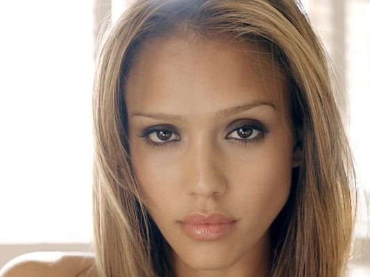 Posters of Beautiful Actresses, Jessica Alba in Straight Hair, She is Peaceful and Impressive