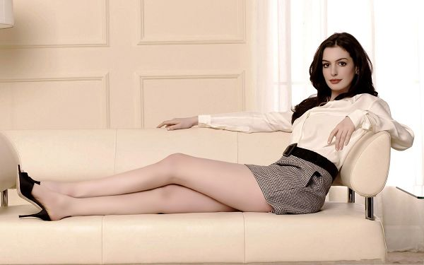 click to free download the wallpaper--Pretty Girl Pictures, Anne Hathaway in Long Hair, Lying on White Sofa