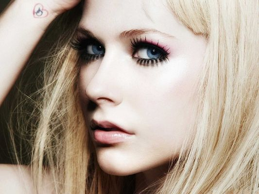 click to free download the wallpaper--Pretty Girl Pictures, Avril Lavigne in Blonde Hair,, Crazy with Punk