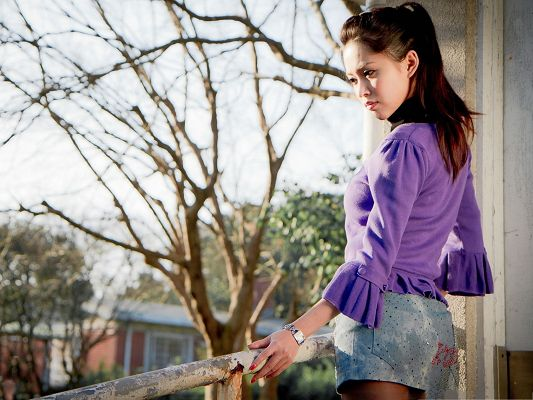 Pure Girl Images, in Casual Clothes and Serious Look, the Neighborhood Girl