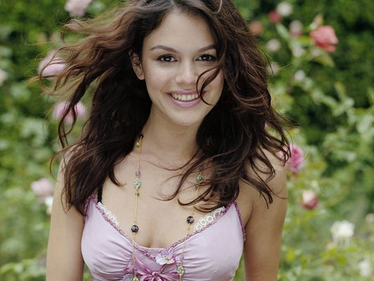 Rachel Sarah Bilson HD Post in Pixel of 1600x1200, Lady in Smiling Facial Expression and Dancing Hair, Beautiful by Nature - TV & Movies Post