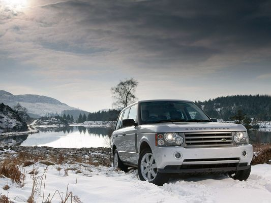 click to free download the wallpaper--Range Rover Car Wallpaper, Gray Super Car in the White and Snowy World, the Peaceful Sea