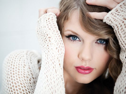 click to free download the wallpaper--Red Lip and Blue Eyes Combined, Seems Quite Approachable and Beautiful in White Sweater, You Have Got to Listen to Her Songs - HD Taylor Swift Wallpaper