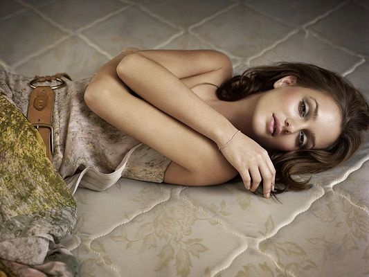 Remember Queen B? She is Lying on the Floor in a Dress, Looking Still Exquisite and Decent - HD Leighton Meester Wallpaper