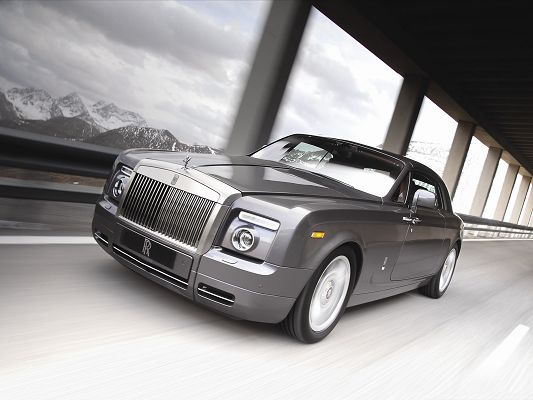 click to free download the wallpaper--Rolls Royce Car as Background, Gray Super Car in the Run, White Hills Alongside