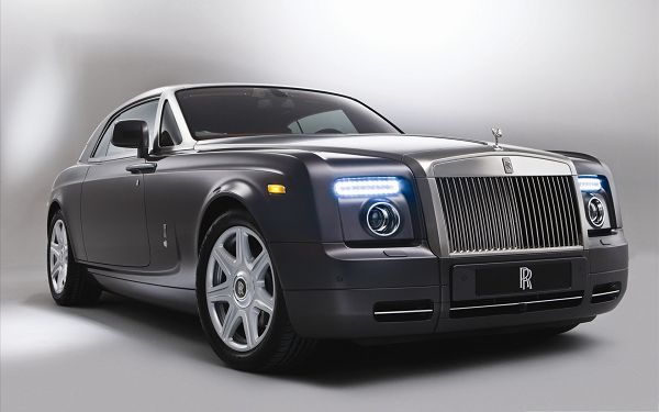 Rolls Royce Super Car, Gray Super Car in the Stop, the World's Top Car