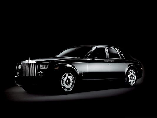click to free download the wallpaper--Rolls Royce Super Car Wallpaper, Black Top Car in the Stop, Seems As If It Glows