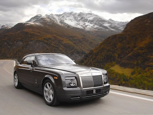 click to free download the wallpaper--Rolls Royce Wallpaper, Super and Top Car in the Run, Great Landscape Alongside