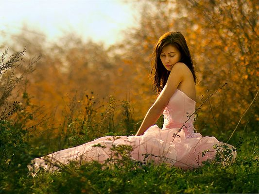 click to free download the wallpaper--Shinning Girl Picture, Beautiful Girl Outdoor, Sitting on Green Grass