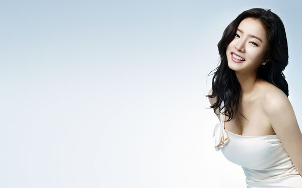 click to free download the wallpaper--Sin Se Kyeong in White and Simple Dress, Background Can't Fit Better, in Smiling Face, Everything is Fine - HD Sin Se Kyeong Wallpaper