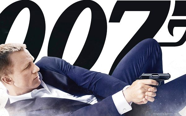 click to free download the wallpaper--Skyfall Daniel Craig 007 in 1920x1200 Pixel, in Gun, He is Still James Bond the Unbeatable, You are Safe with Him - TV & Movies Wallpaper