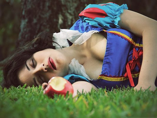 click to free download the wallpaper--Snow White Image, Beautiful Princess Eating Poisonous Apple, Wake Up!