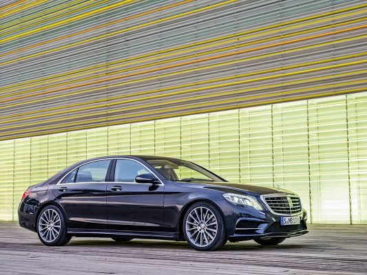 click to free download the wallpaper--Super Car Images of Mercedes Benz S Class, Seen from Side Angle, It is Looking Great