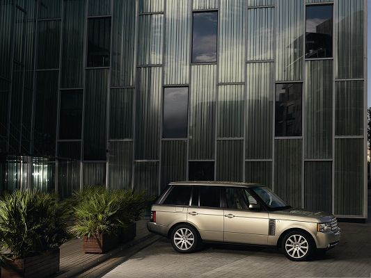 click to free download the wallpaper--Super Cars Picture, Range Rover Car in Face of Shinning Glasses