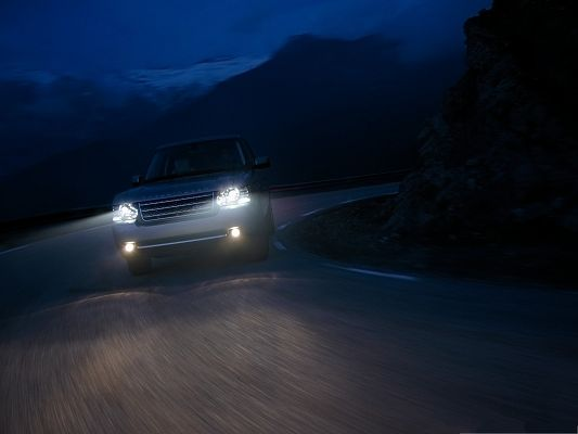 click to free download the wallpaper--Super Cars Picture, Range Rover Car with Shinning Lights, Turn a Corner
