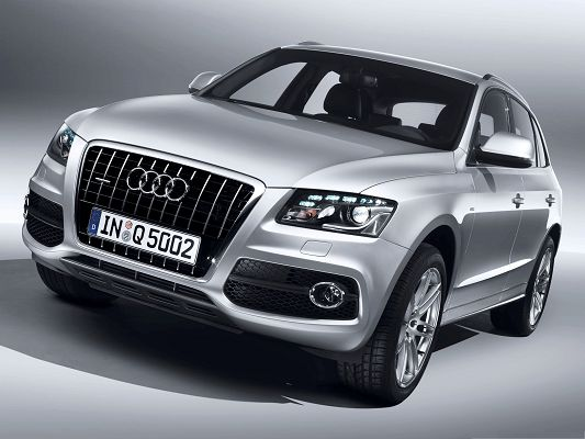 Super Cars as Wallpaper, Silver Audi Q5 in Stop, Decent and Impressive