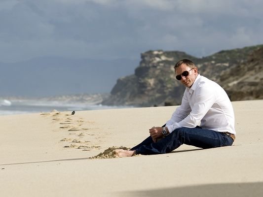 click to free download the wallpaper--TV Show Images, Daniel Craig on the Beach, Casual Clothes and Dark Sunglasses