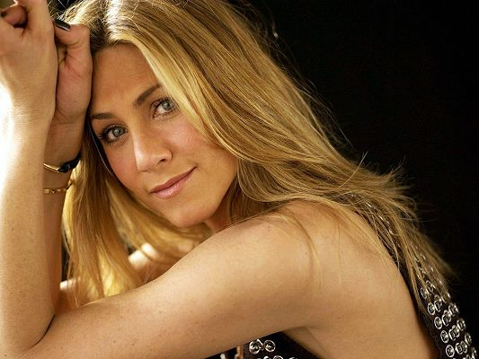 click to free download the wallpaper--Taking Part in Numerous TV Series, She has Gained Great Fame and Popularity, Very Impressive in Outlook - HD Jennifer Aniston Wallpaper