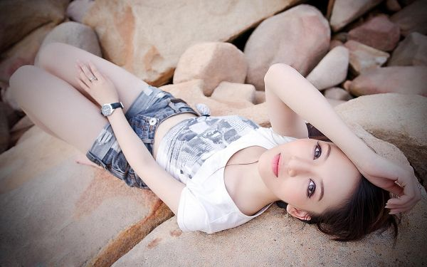 Thin and Tall Girl in Casual Clothes, on Beach Stone, She is Pure and Clean, Great in Look - HD Attractive Girls Wallpaper
