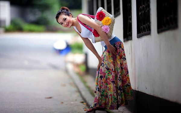 Thin and Tall Lady, All the Belongings in Flower Design, She is Also Smiling Like a Flower - HD Beautiful Lady Wallpaper