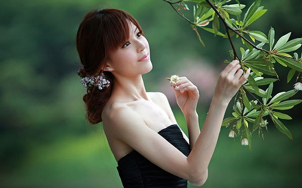 Thin and in Black Dress, She is Stretching One Hand to Pick up a Flower, Both of Them are Beautiful - HD Attractive Girls Wallpaper