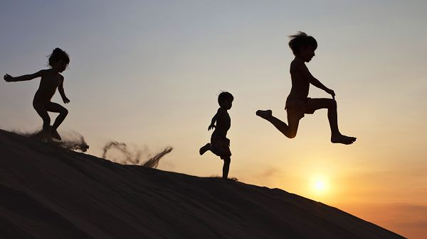 Three Kids Running down the Hill, All Barely in Any Clothes, Being Outdoor and Playing Offers So Much Fun - HD Natural Scenery Wallpaper