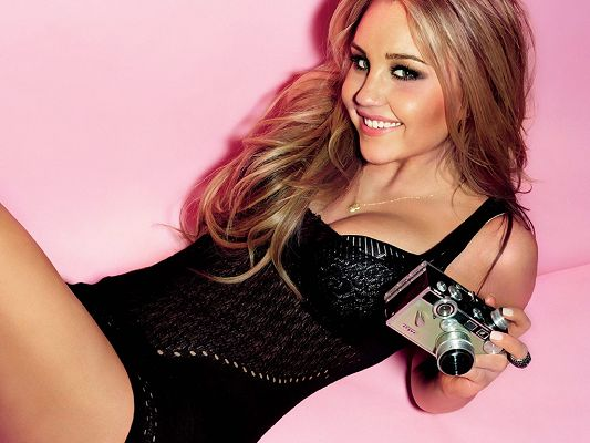 Took Part in Hairspray, Sydney White and Easy A, Black Dress Fits Her the Best, Simple a Sweetie! - HD Amanda Bynes Wallpaper