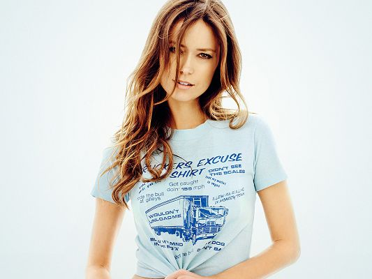 click to free download the wallpaper--Took Part in Serenity and NBC's The Cape, Hair is Loose, Facial Expression and T-Shirt are Full of Wild Beauty - HD Summer Glau Wallpaper