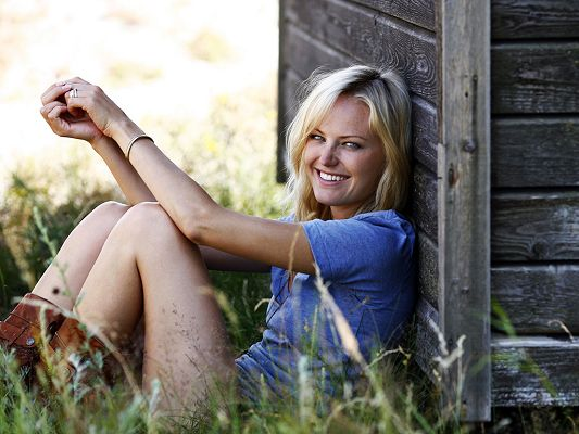 Took Part in Watchmen and Couples Retreat, Laughing and Having a Great Time Outdoor - HD Malin Akerman Wallpaper