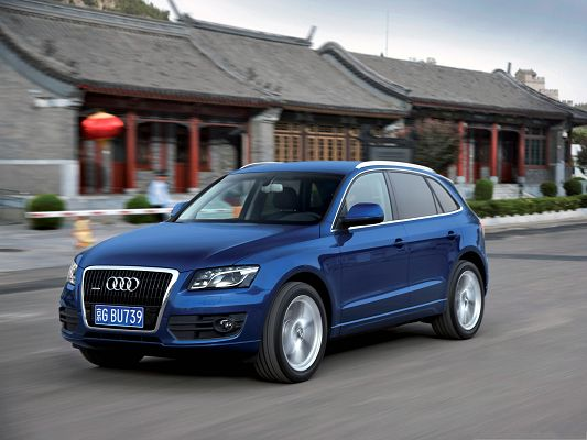 click to free download the wallpaper--Top Car Pictures, Blue Audi Q5 in Incredible Speed, Nice Houses Alongside