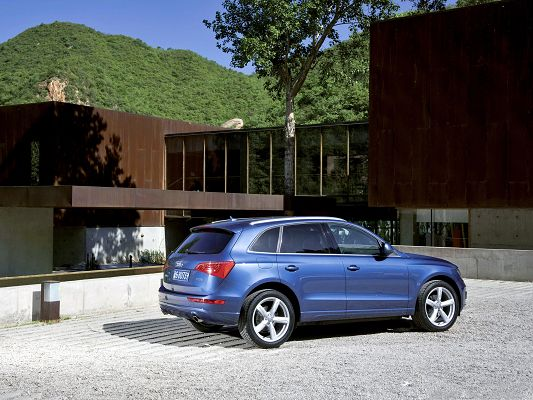 click to free download the wallpaper--Top Cars Image, Blue Audi Q5 Quattro Car Facing a Villa, Green Plants on the Hill