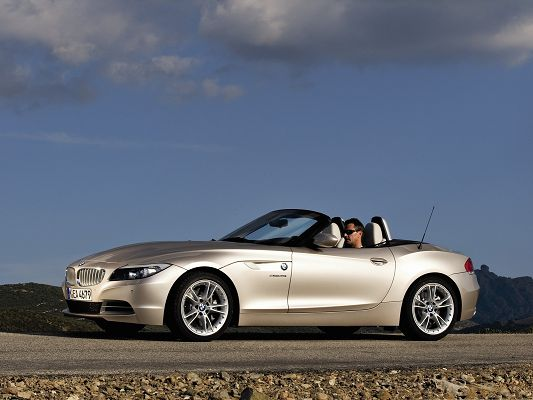 click to free download the wallpaper--Top Cars Picture, BMW Z4 Car Under the Blue Sky, Impressive Look