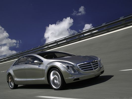 click to free download the wallpaper--Top Cars Picture, Mercedes Benz in Incredible Speed, Great Driving Experience